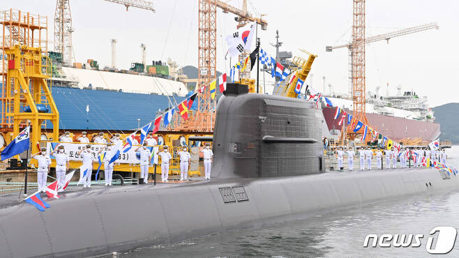 (서울=뉴스1) = 13일 경남 거제 대우조선해양 옥포조선소에서 거행된 3000톤급 해군 잠수함 1번함 '도산안창호함'(KSS-Ⅲ) 인도·인수 및 취역식에서 승조원들이 도열해 기념촬영을 하고 있다.  '도산안창호함'은 '장보고-Ⅲ(배치(Batch)-I)' 사업에 따라 개발된 길이 83.5m, 폭 9.6m의 중형 디젤잠수함으로서 수중 최대속력은 20노트(시속 37㎞), 탑승인원은 50여명이다. (해군본부 제공) 2021.8.13/뉴스1