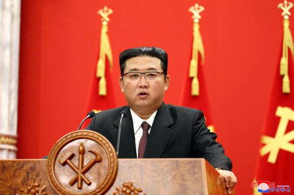 김정은 북한 국무위원장이 지난 10일 당 창건 76주년을 맞아 열린 기념강연회에서 연설하고 있다.조선중앙통신·연합뉴스