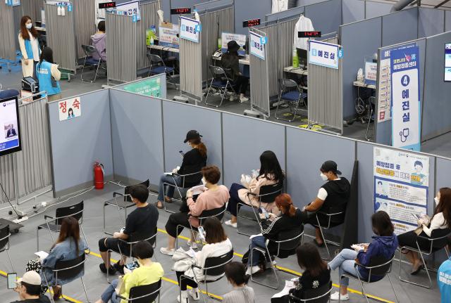 14일 송파구 체육문화센터에 마련된 코로나19 예방접종센터에 시민들이 백신 접종 후 이상반응 모니터링을 하고 있다./연합뉴스