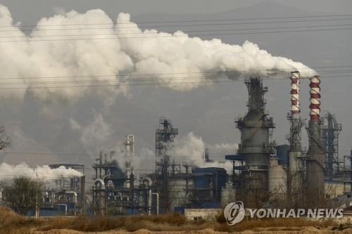 중국 산시(山西)성의 석탄 처리 공장에서 나오는 연기  [AP=연합뉴스 자료사진]