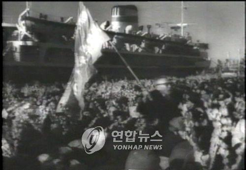 1960년 북송사업에 참여한 재일 조선인 등을 태우고 있는 북한 선박 '만경봉'호. [연합뉴스 자료사진]