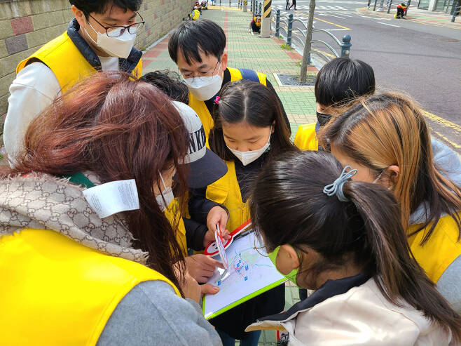 지난 4월, 창원시 그린로드 대장정에 참여한 어린이들이 통학로 현장을 조사하고 있다.ⓒ초록우산 어린이재단 경남아동옹호센터 제공